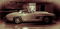 race car(1.0), automobile(1.0), automotive exterior(1.0), vehicle(1.0), automotive design(1.0), mercedes-benz(1.0), mercedes-benz 300sl(1.0), antique car(1.0), vintage car(1.0), land vehicle(1.0), luxury vehicle(1.0), sports car(1.0), motor vehicle(1.0), classic(1.0),