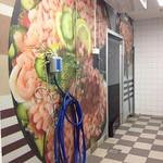 En tråkig vägg på ICA Maxi har blivit fin mha en jättestor dekal.