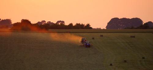 uk light sunset summer sun colour field landscape evening farming july heat hay dust wiltshire haymaking stevemaskell upavon wilts 2013 makehaywhilethesunshines upavo yahoo:yourpictures=duskdawn