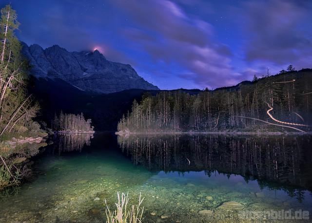 Eibsee und Zugspitze bei Nacht