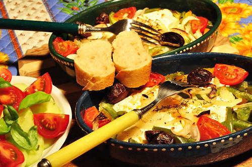 Schafskäse überbacken Backofen Gemüse Oliven Kräuter