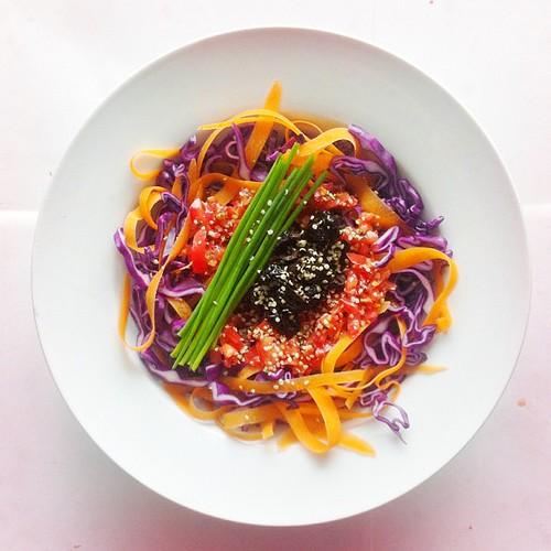 Cabbage week. Recipe n.2: red cabbage, black olives, tomatoes, carrots, chives, hemp seeds, extra virgin olive oil, cider vinegar, chilli power, salt and pepper. #raw #vegan #vegetarian #salad #saladporn #saladpride #eatclean #healthn