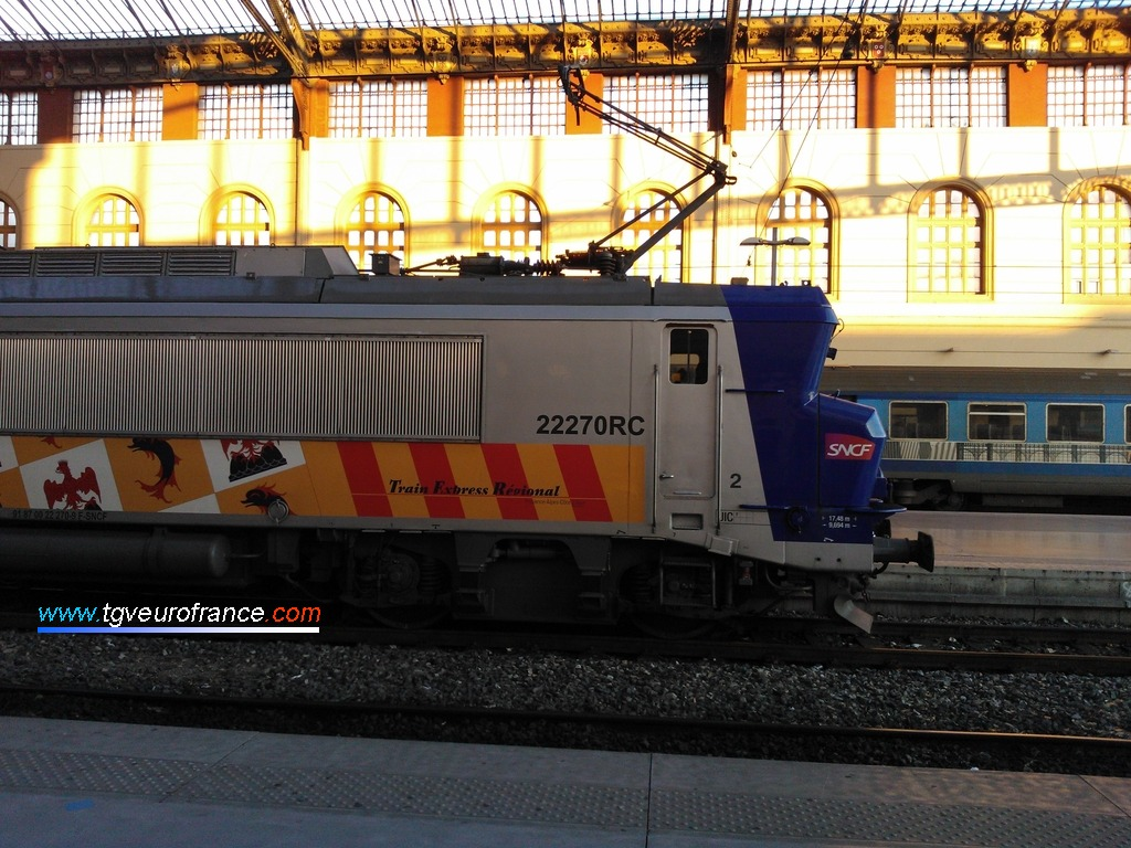 Vue de profil de la BB 22270 RC SNCF