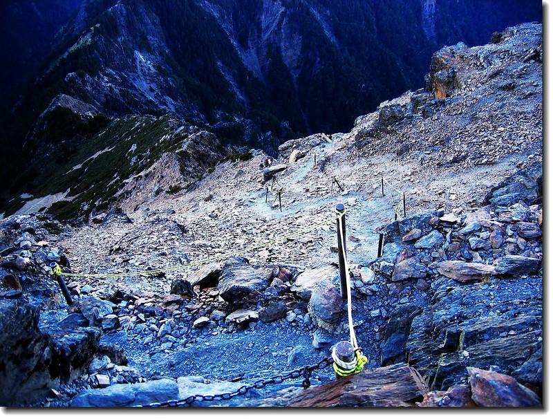 玉山頂俯瞰攻頂前之碎石坡道