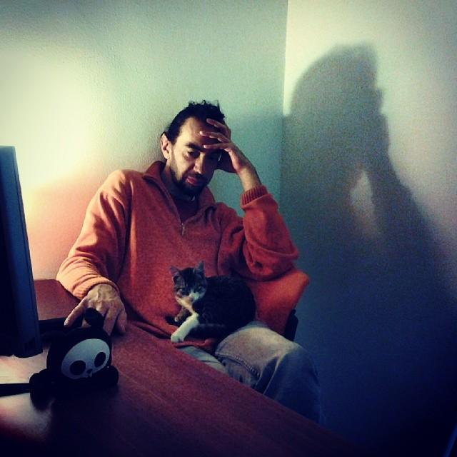 Про мужа, кота и интересный свет - все это за новым столом, в новом кабинете.  Официально переехали! Еще недельку-другую будем обживаться, но отсчет пошел:)