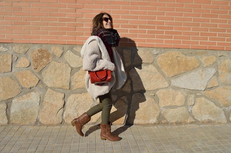 lara-vazquez-madlula-blog-fashion-chic-style-verde-burdeos-outfit-bolso-rojo-cowboy-boots