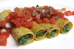 Cannelloni di grano spezzato ripieni di rosole e ricotta, tartare di alici marinate, pomodoro fresco e cipollotti