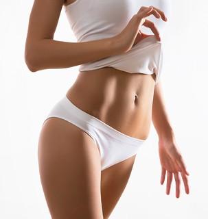 Mujer mostrando su vientre liso