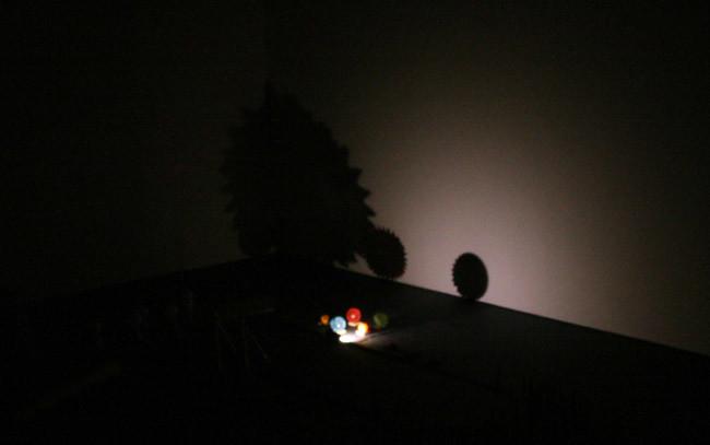 電球をつけたおもちゃ電車が走るとのいろんな影が!