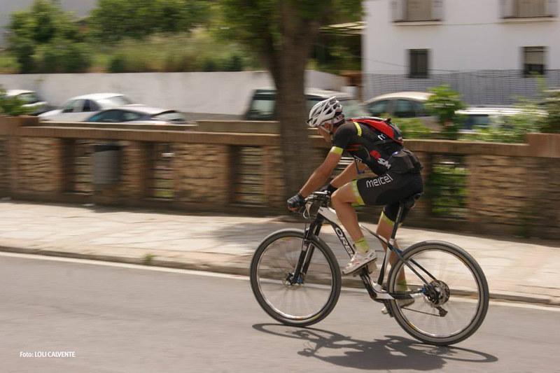 Un ciclista abandona el centro urbano, a la altura de la Residencia. Foto: LOLI CALVENTE