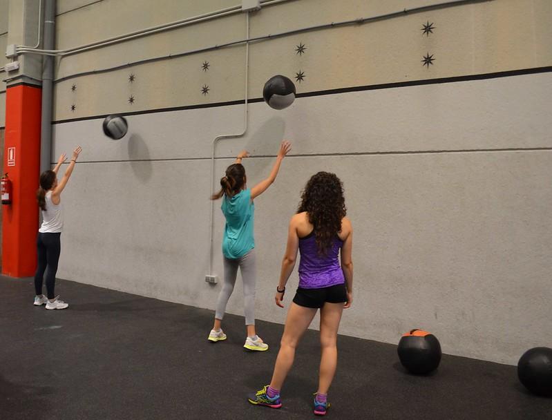 foto de Jessi y Eli haciendo wall balls en la sesión de prueba en CrossFit Northwest Paterna