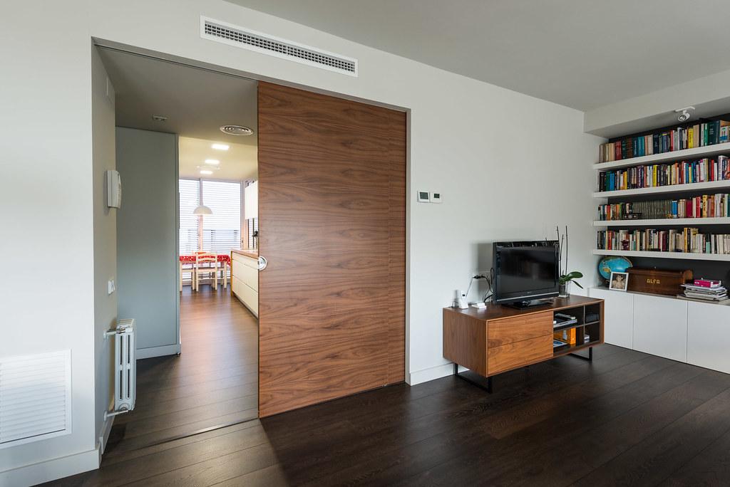 Puerta corredera de madera para separa espacios. Reforma de piso Standal