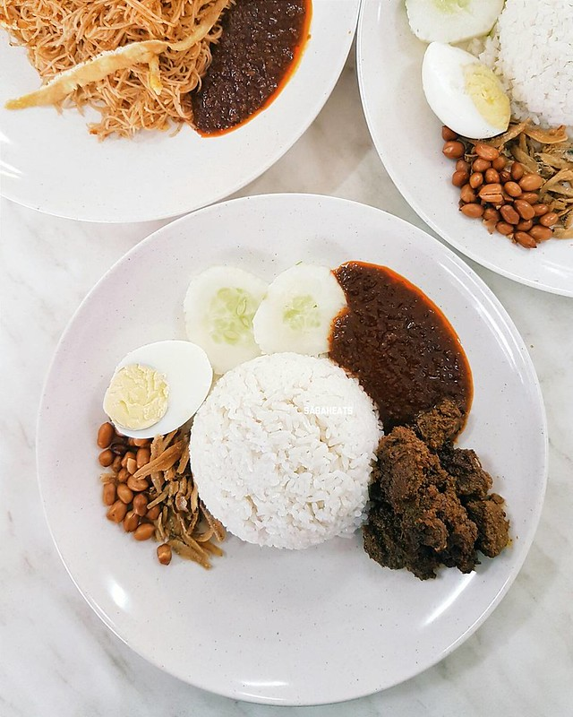 Nasi lemak rendang for breakfast. They also serve mee hoon goreng siam. Not spectacular but good place for nasi lemak 🏠Nasi Lemak Kaki Lima, Taman Dai Ming, Luyang