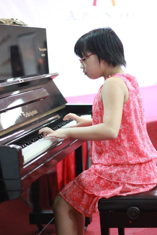 Bạn Hoàng Uyên đang thể hiện tài năng đánh đàn piano