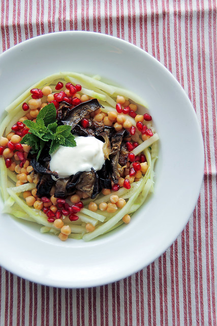 Aubergines Week. Recipe n.2: 1 oven roasted aubergine (1 hour at 180c), cucumber noodles, mint, chickpeas, pomegranate. Dressing: natural yogurt, extra virgin olive oil. #salad #veggie #vegetarian #saladpride #aubergine #pomegranate #cucumber #yogurt #min