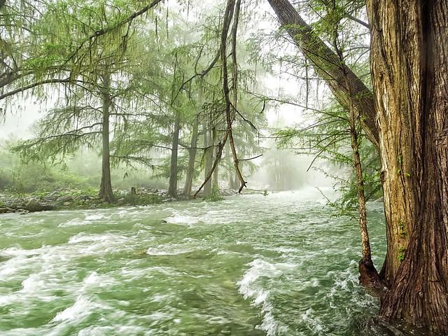En el Rio con lluvia