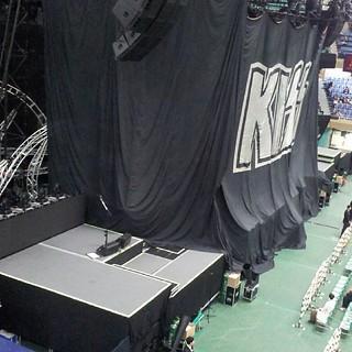 二階席最前列。ステージ近い!噂のスパイダーステージがはみ出ているのがワクテカ。 #KISS #武道館