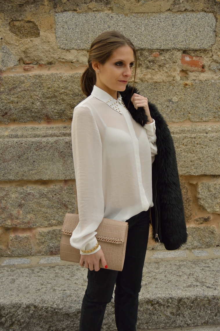 lara-vazquez-madlula-chic-style-clutch-marrón-camisa-blanca-outfit-negro