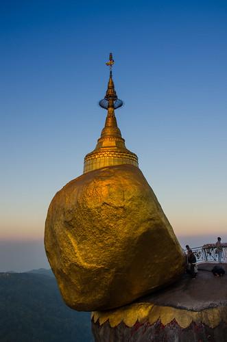sky rock sunrise gold golden asia asien day burma religion buddhism clear myanmar fels blau sonnenaufgang pilger birma pilgrims goldenrock blauestunde goldenerfelsen nikond7000
