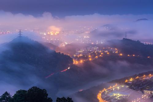 city sunset urban cloud mist fog night canon landscape cityscape nightshot taiwan nopeople taipei bluehour 台灣 夜景 70200mm 雲海 台北101 霧 新店 小小白 lightflares 嵐 東華聖宮 華城路 canoneos5dmarkiii wb4750k9