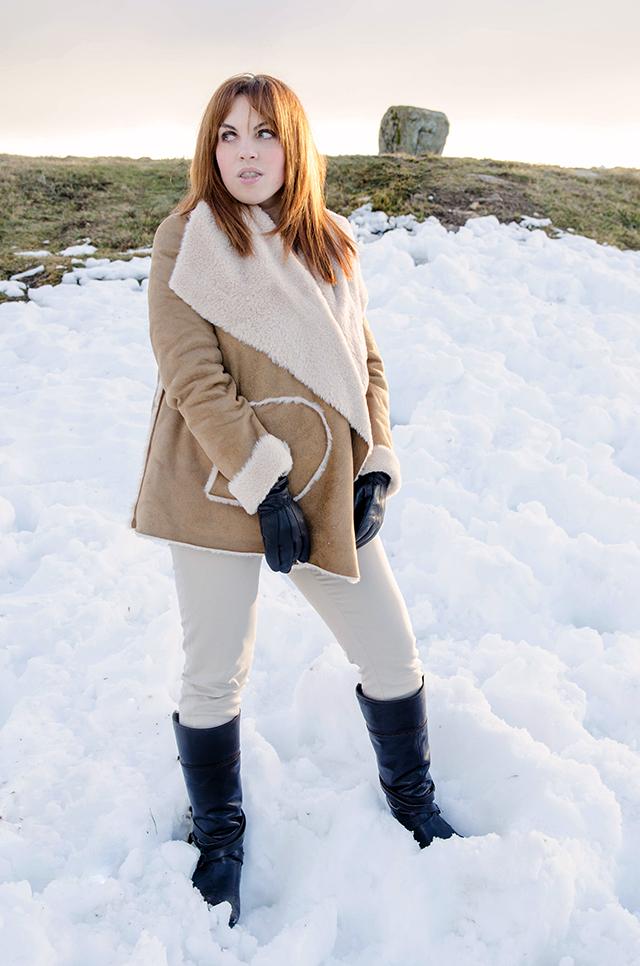 Look para la nieve con shearling jacket