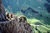 Jubiläums-Transalp Oberstdorf-Gardasee mit Andi Heckmair. Aufstieg zum Schrofenpass. Foto: Andi Heckmair.