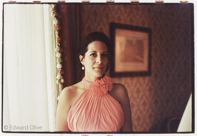 Bride's sister in hotel room - Edward Olive fotografo de bodas para novias buscando fotos clasicas y elegantes