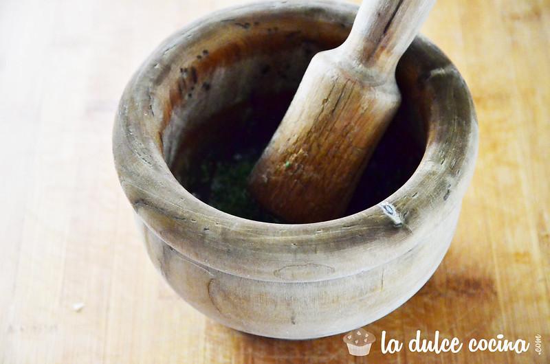 Picamos el ajo y el perejil con el mortero