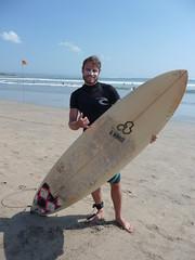Mit dem kurzen Board und Sonnenschutz - Bali
