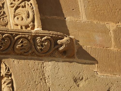 Iglesia de San Miguel de Foces - Detalle de la portada