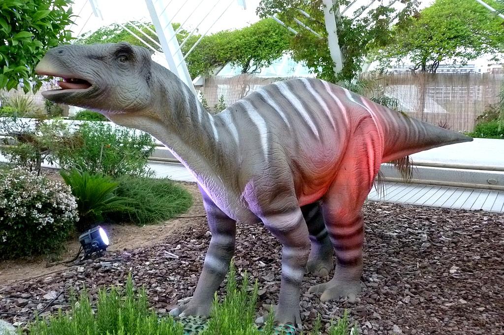 4. Escultura de un Iguanodon en la Ciudad de las Artes y las Ciencias. Valencia. Autor, Looiz