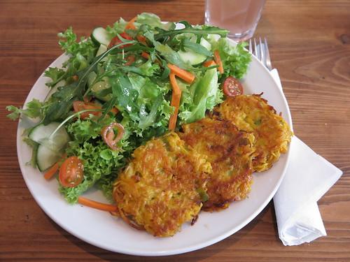 Steckrübenplätzchen mit gemischtem Salat (im Bistro-Café Rosendahl's in Osnabrück)