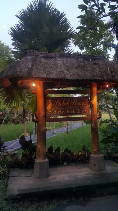 bebek-bengil-bali-restaurant-ubud-dirty-duck-diner-signboard-2