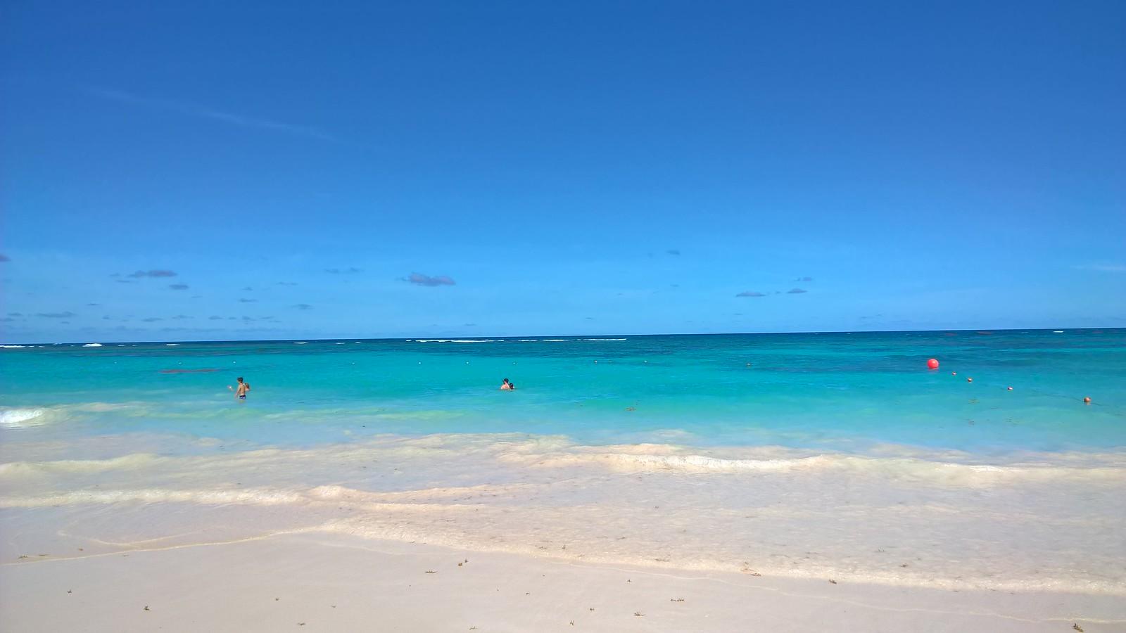 Белый песок и лазурная вода