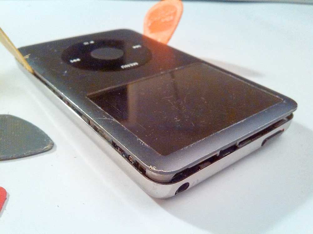 Apple-iPod-Classic-6G-6.5G-7G-7.5G-80GB-120GB-160GB-Festplatte-tauschen-iPod-öffnen-2015-02-07-01.21.04-obere-Kante-offen