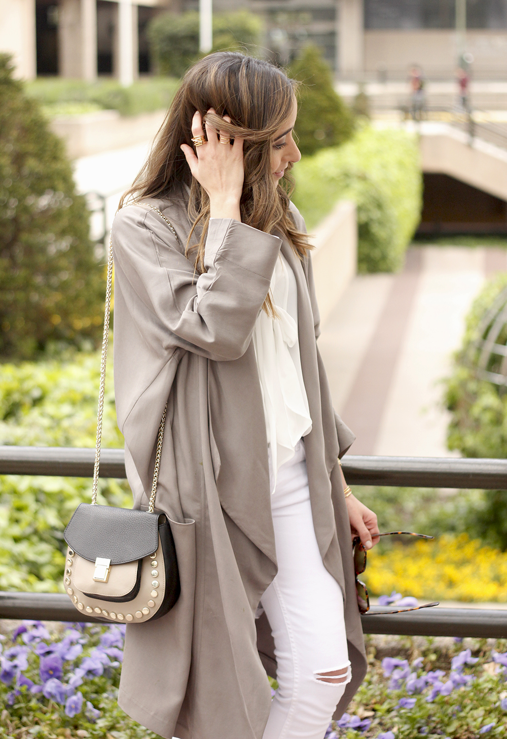 grey and white outfit trench spring streetstyle sunnies nude heels ripped jeans22