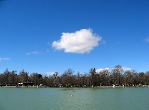 Nube sobre el lago del Retiro