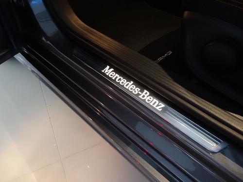Mercedes-Benzの文字がライトアップして浮かび上がっています