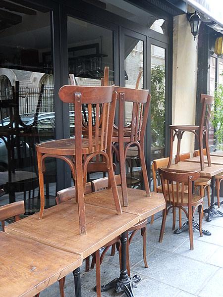chaises sur les tables