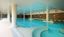 Entre las instalaciones del balneario está una amplia piscina activa, de agua termal.