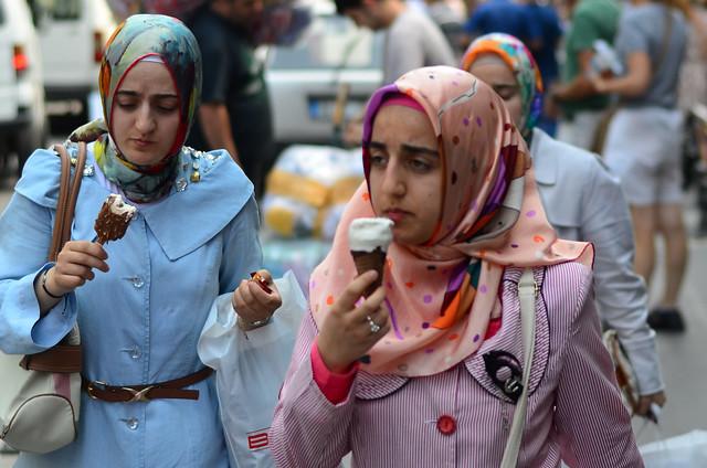 Mujeres en Estambul tomando un helado
