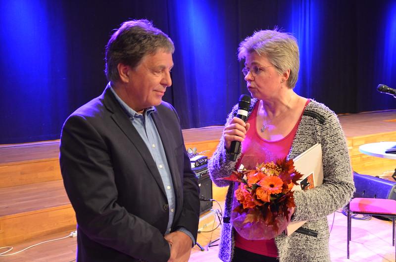 Brassbandfestivalen 2013 - Tom Brevik avtackas av Berit Palmquist (Foto: Olof Forsberg)