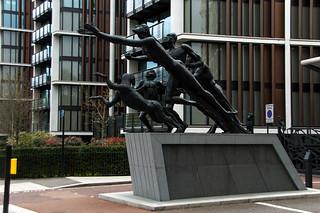 Statue devant les résidences One Hyde Park