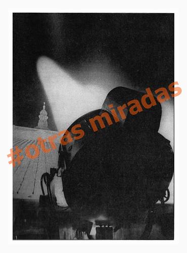 Las fotografías perdidas de Agustí Centelles i Ossó, focos baterias antiaéreas en el Palacio Nacional, Barcelona, 1938. by Octavi Centelles