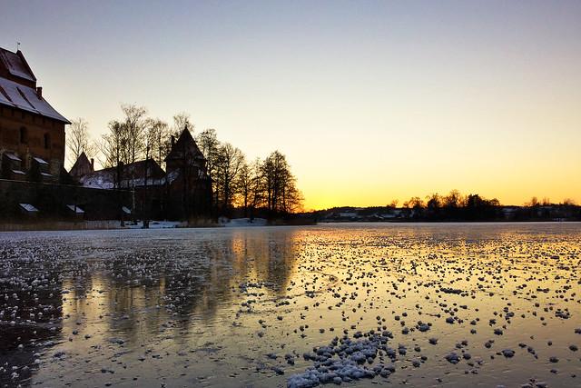Užšalęs ežero ledas prie Trakų pilies