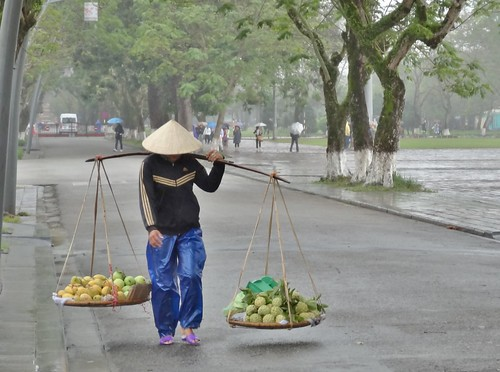 vietnam asie femme woman fruit work travail hue nónlá traditionalhat chapeauconique chapeau hat conicalhat viequotidienne 3488 umbrella parapluie repost 2014 femmeauchapeauconique womanwithconicalhat day5 rainpants deux two palanche carryingpole shoulderpole ách centralvietnam đòngánh đànbà notonexplore pluie rain rainyday