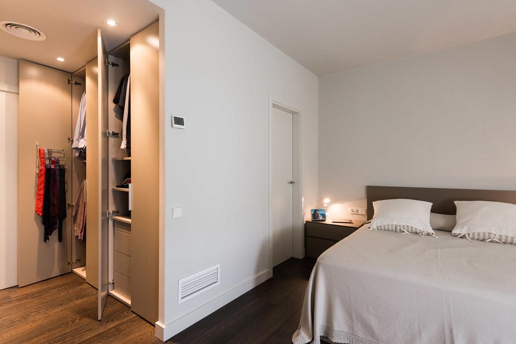 Dormitori minimalista amb vestidor obert. Reforma de pis Standal.