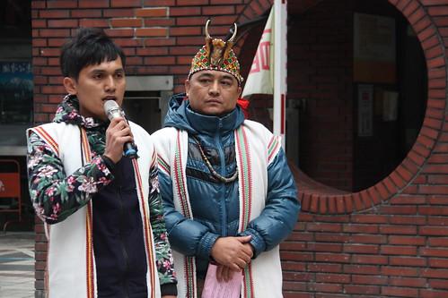 台東紅葉部落青年會會長伊曼(左一),北上捍衛家鄉的土地正義,傳達部落族人的心聲。