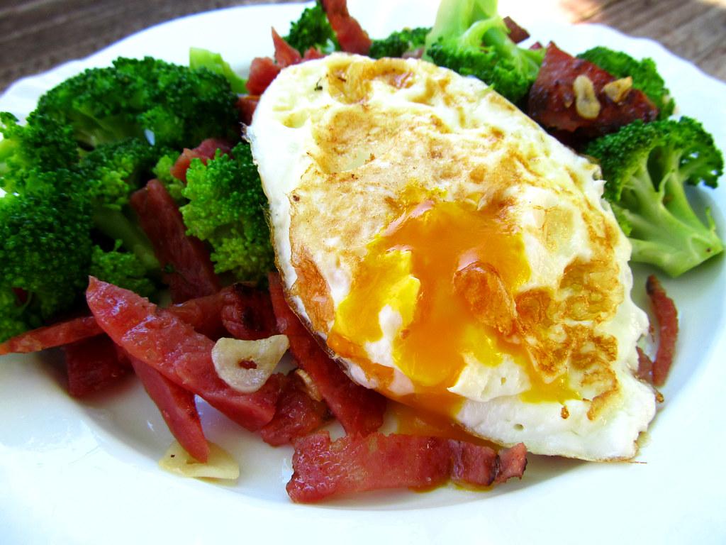 Salame com brocolis e ovo caipira