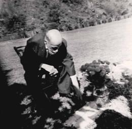 JRJ ante la tumba de Zenobia, cementerio de Porta Colei, Bayamón, Puerto Rico, 1957